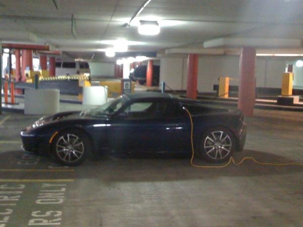 正在充電中的TESLA Roadster。