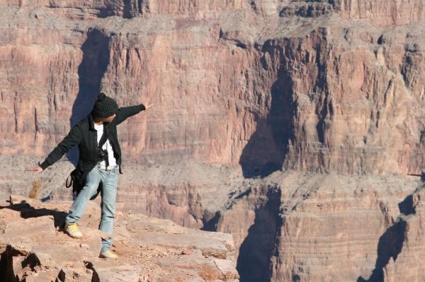 站在深不見底的峽谷旁,幻想著自己是隻翱翔的老鷹。