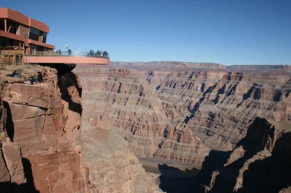 """大峽谷著名的""""透明天空步道"""",目前世界最高的空中走廊。"""