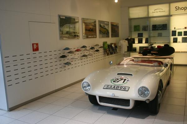 位在一進門左側的SAAB品牌精品。裡頭這部賽車就是當時候由Rolf Mellde所設計的94 Sonett Super Sport賽車。