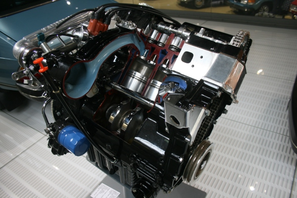 在這邊你可以好好地研究SAAB的引擎構造。