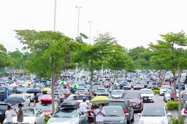 車滿為患的麗寶樂園停車場。這就是破紀錄的1000輛車的旅行風Wagonist Taiwan無差別車聚。