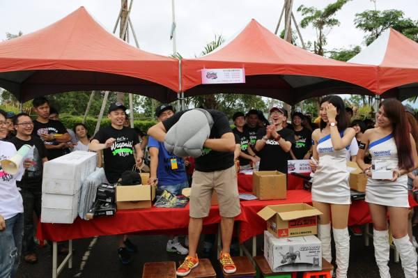 這年頭社長不好當啊!看看旅行風Wagonist Taiwan社長親自示範摸彩獎品使用方法。